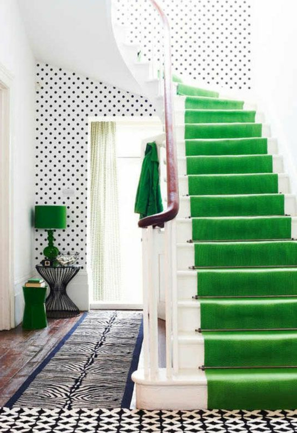schönen-grünen-Teppich-auf-Treppe-verlegen