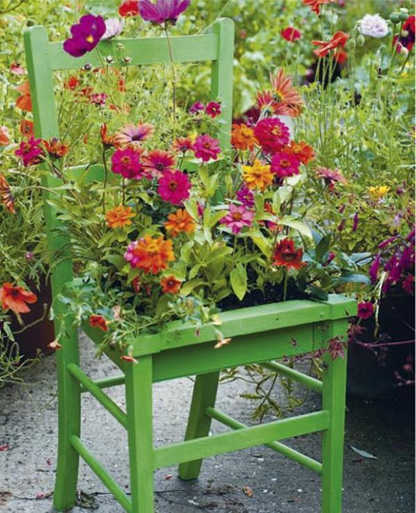 grüner-Stuhl-als-Dekoration-mit-Blumentopf