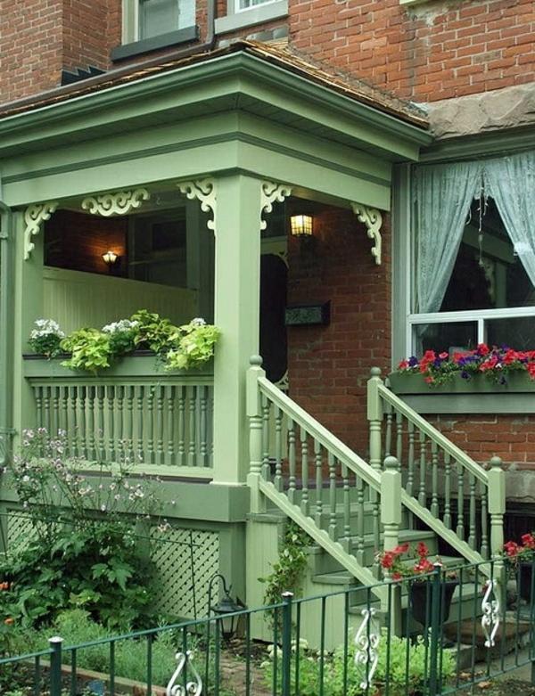 grünes-Haus-mit-Außentreppen-aus-Holz