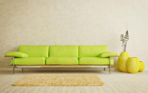 grünes-Sofa-gelber-Teppich-im-Zimmer
