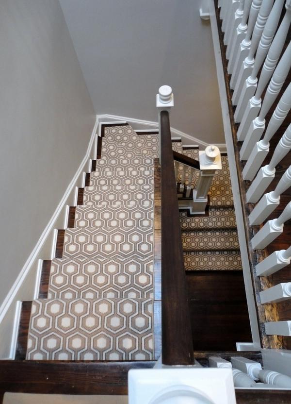 graue-treppenteppiche - foto von oben genommen
