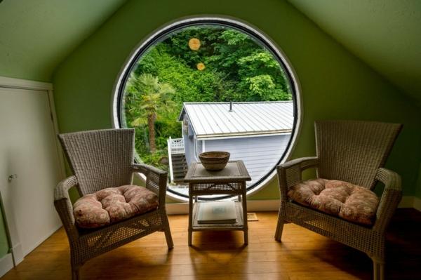 großes-rundes-Fenster-im-Wohnzimmer