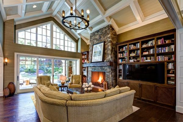 großes-wohnzimmer-mit-einer-eleganten-decke
