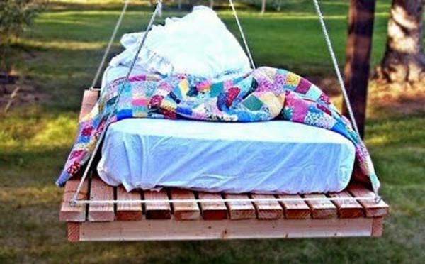 hängendes-bett-aus-paletten - mit bunten bettwäschen