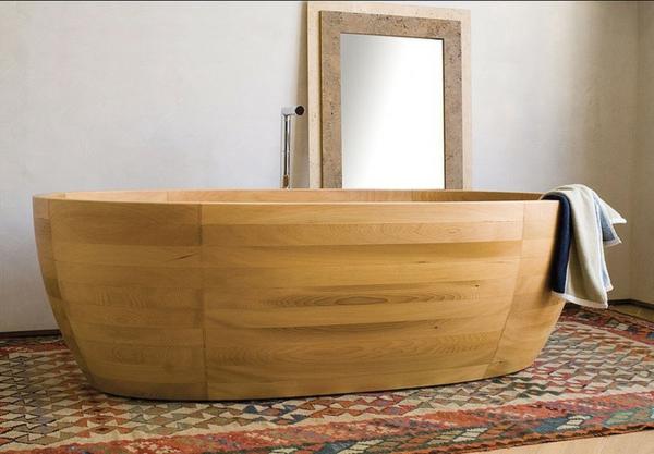 hölzerne-Badewanne-im-Badezimmer-bunter-Teppich