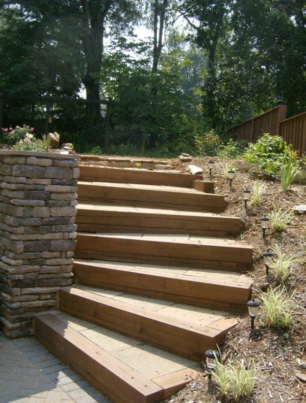 schöne-hölzerne-Treppen-im-Garten