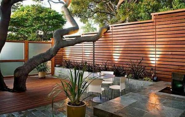 hölzerner-Gartenzaun-Design--Idee-Sichtschutz