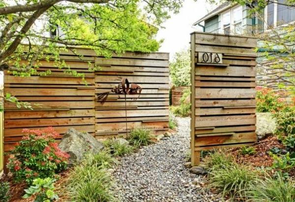 Gartenzäune Aus Holz Und Stein ~ Gartenzaun mit vielen Blumentöpfen als Dekoration