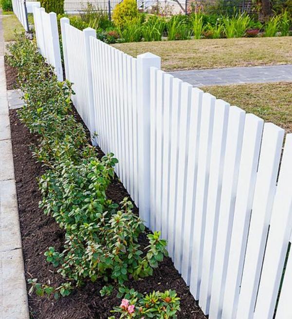 -hölzerner-Gartenzaun-in-Weiß-Exterior-Design