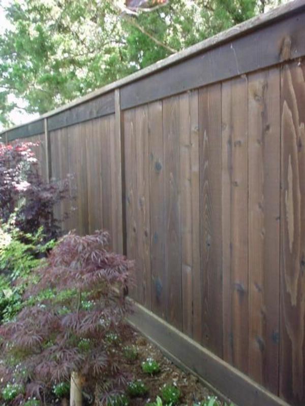 hölzerner-Zaun-Gartengestaltung-massives-Holz