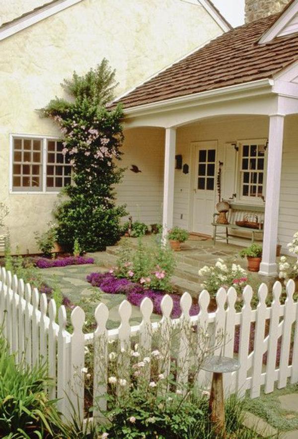 toller-hölzerner-weißer-Gartenzaun