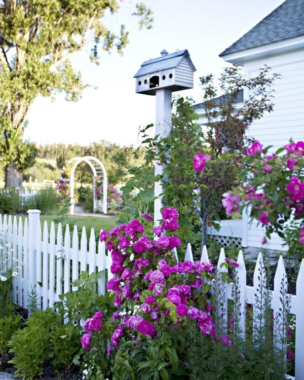 -hölzerner-weißer-Gartenzaun-Gartendesign