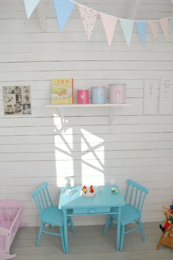hellblauer-tisch-mit-stühlen-idee
