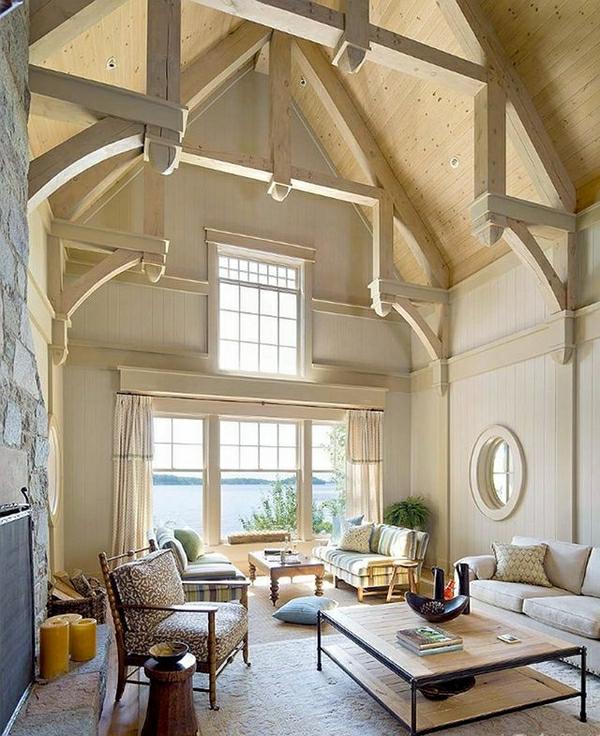 hohe-decke-in-einem-hellen-wohnzimmer
