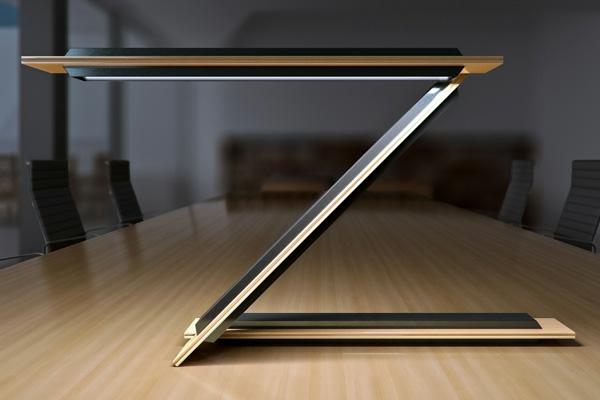 interessante--Schreibtischlampe-mit-originellem-Design-Holz