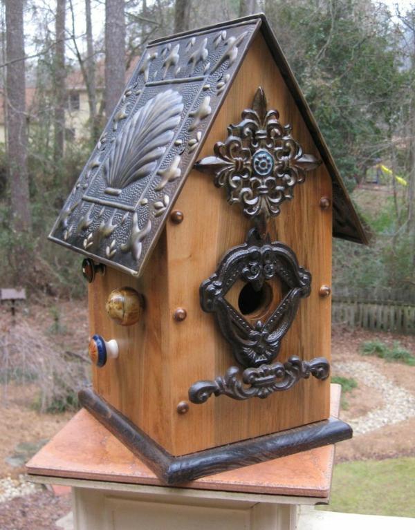 interessante-Vogel-Futterhäuser-aus-Holz-und-Metall