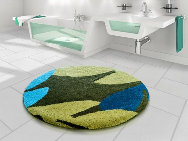 interessanter-badteppich-für-das-bad-weiße-fliesen