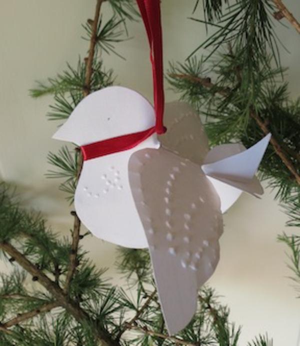 interessante-taube-aus-papier-gehängt-auf-dem-weihnachtsbaum