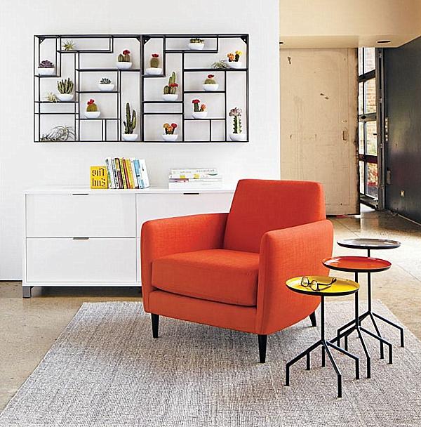 interessante-und-moderne-regale-hinter-einem-orangen-sessel - weiße wandgestaltung