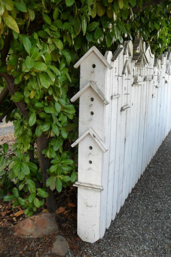 interessanter-hölzerner-Zaun--in-Weißer-Farbe-kreative-Gestaltung