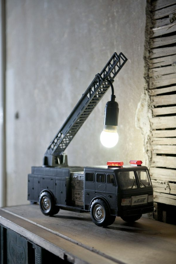 interessantes-Design-Lampe-fürs-Kinderzimmer-Schreibtisch