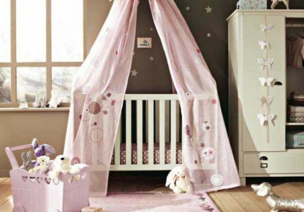 interessantes-babyzimmer-mit-einem-baldachin-bett