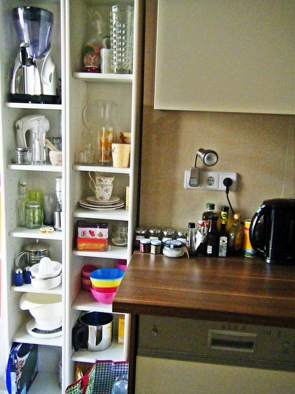 küche-mit-modernen-schmalen-regalen - küchengeräte drin