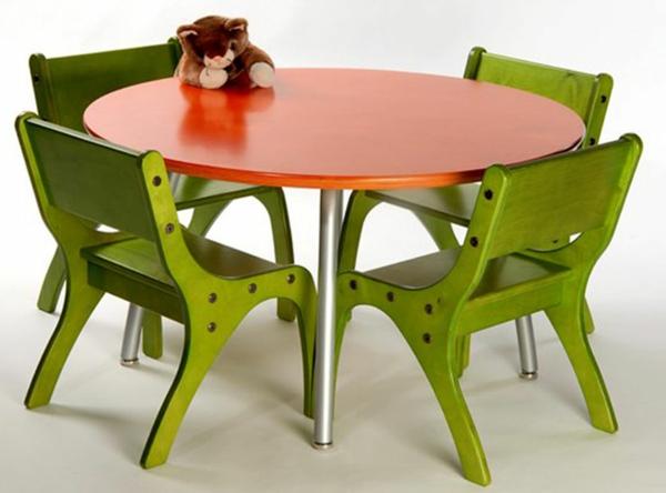 kindertisch-mit-stühlen-in-olivgrün