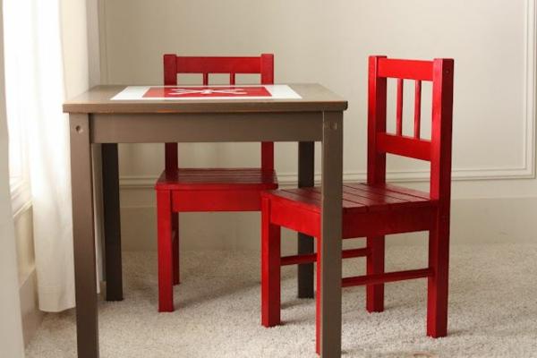 kindertisch-und-stühle-in-rot-holzdesign