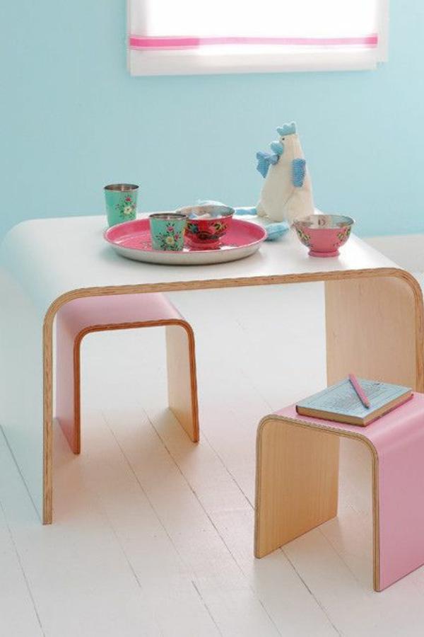 kleine-rosa-Stühle-aus-Holz-Kinderzimmeridee