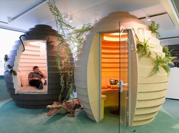 kleine-zimmer-in-originellen-büroräumen - wie häusschen aussehen