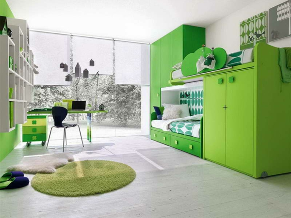 Ein Zimmer, mit ganz modernen Farben gestaltet ist.