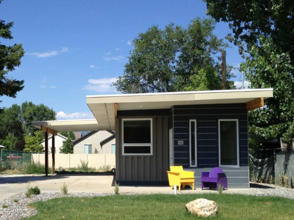 kleines-haus-bauen-mit-einem-hof - flaches dach