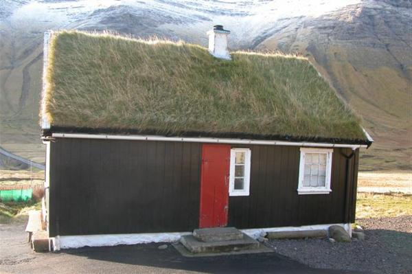 kleines-haus-bauen-mit-einem-interessanten-dach - gebirge dahinter