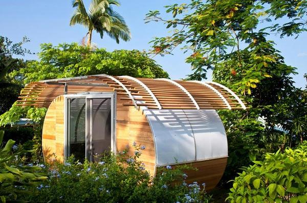 kleines-haus-bauen-super-interessante-gestaltung mit palmenumgebung