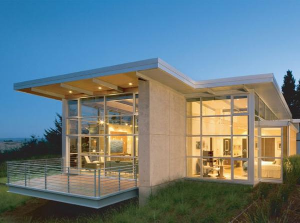 kleines-haus-bauen-weiß-und-luxuriös - wände aus glas