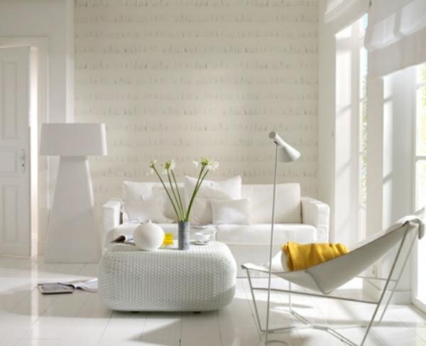 Gemütliches Wohnzimmer in Weiß – mit dekorativen Topfpflanzen