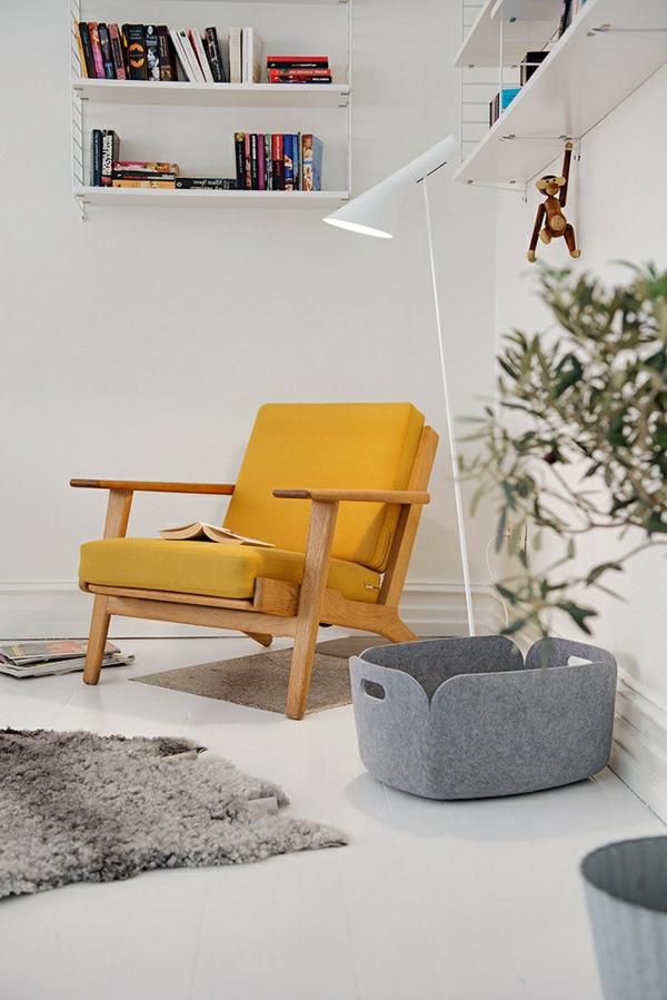 komfortabler-Stuhl-in-gelber-Farbe-im-Zimmer