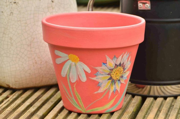 kreativ-dekorierte-Blumentöpfe-mit-Blumen