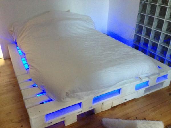 bett aus paletten 32 coole designs. Black Bedroom Furniture Sets. Home Design Ideas