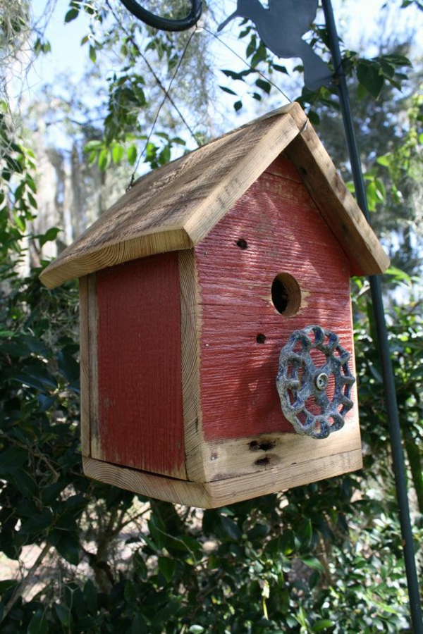 kreative-Vogel-Futterhäuser-aus-Holz-in-Rot