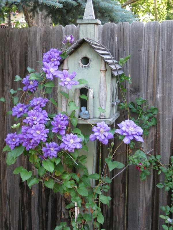 kreatives--Futterhaus-für-Vögel-aus-Holz