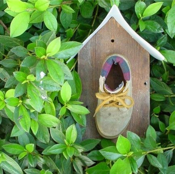 kreatives-Futterhaus-für-Vogel-aus-Holz-selber-basteln-Schuh