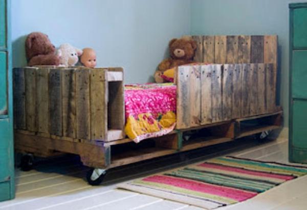 kreatives-modell-vom-bett-aus-palleten im kinderzimmer