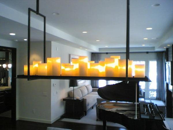 kronleuchter-mit-kerzen-im-modernen-wohnzimmer