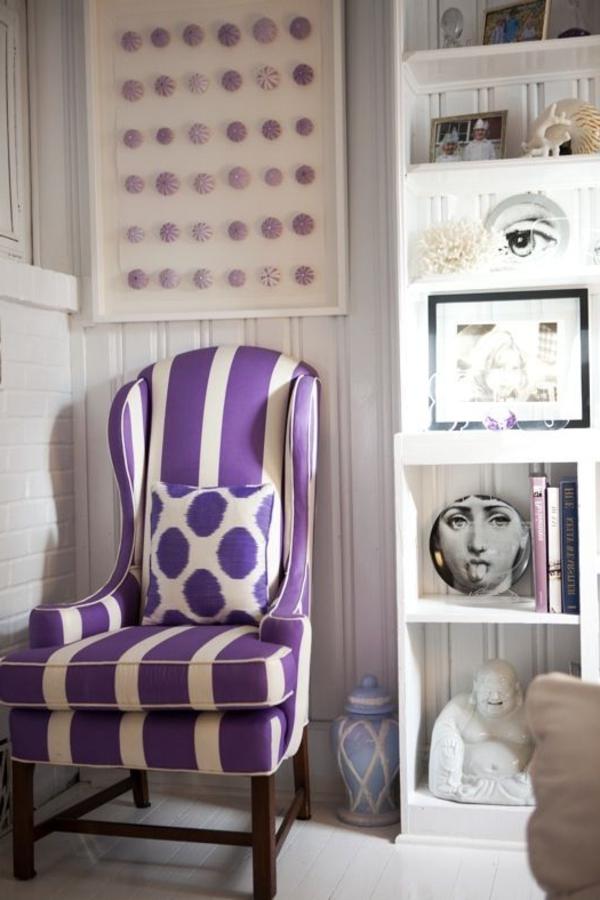 lila-Stuhl-auf-weiße-Streifen-Ideen