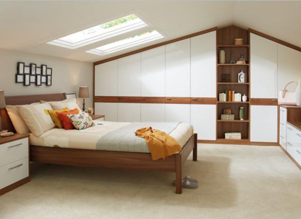 luxuriöse-schränke-für-dachschräge - neben einem bequemen bett