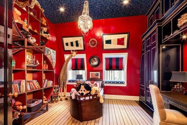 luxuriöses-kinderzimmer-mit-roten-wänden - luxuriöser kronleuchter aus kristall