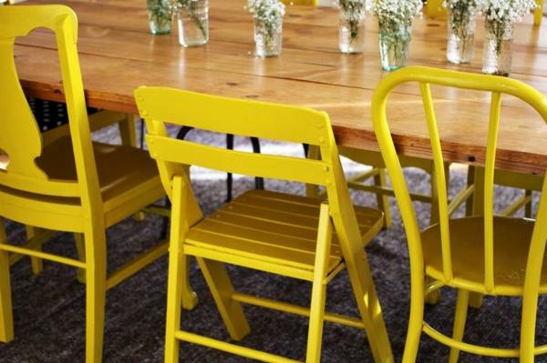 mehrere-gelbe-Stühle-am-Tisch-Idee