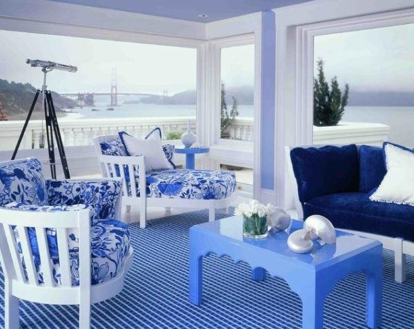 moderne-Gestaltung-Teppiche-in-Blau-weiße-Möbel
